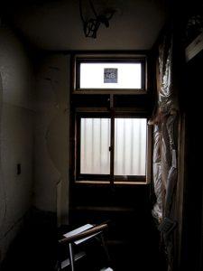 洗面所の場所を内側から見た場面