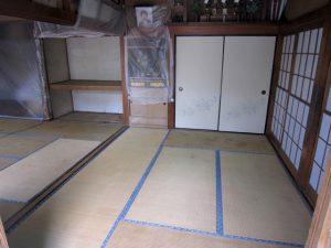 リフォーム前の和室。畳が敷かれており、経年劣化が目立っている。