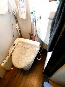 交換前のトイレ。タンクが付いている。